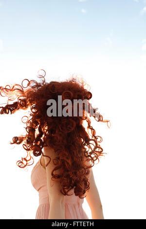 Curly redhead donna girando Immagini Stock