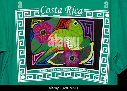 Vivacemente colorato Costa Rica Tee shirt con parrot e fiori Immagini Stock