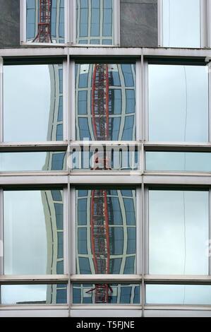 La fotografia di un braccio di gru che è attaccato a un alto edificio facciata. Immagini Stock