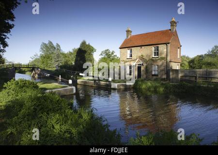 Walsham Gates e il blocco del portiere cottage sul fiume Wey navigazioni, Surrey. Immagini Stock