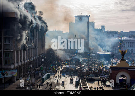 2380532 02/19/2014 Fumo e sostenitori dell'opposizione su Piazza Maidan a Kiev dove ha iniziato gli scontri tra manifestanti e forze di polizia. Andrey Stenin/Sputn Immagini Stock