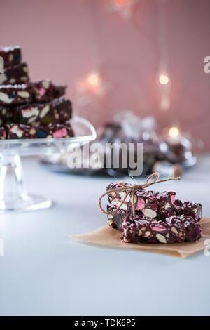 Brownie al cioccolato con marshmallows, mano avvolto in stringa. Immagini Stock