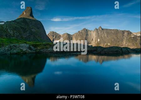 Inizio estate mattina a Romsdalen, Møre og Romsdal, Norvegia. Immagini Stock
