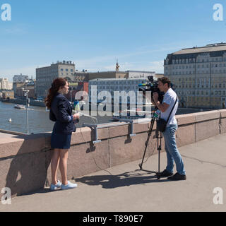 Mosca - Agosto 26, 2018: cameraman spara un intervista sul ponte sullo sfondo del Cremlino di Mosca Immagini Stock