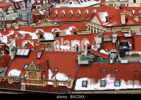 Panoramica dei tipici tetti rossi di Praga, capitale della Repubblica ceca Immagini Stock
