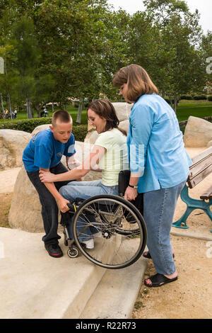 Ragazzo aiutare la sua zia di sollevare la sua madre fino a passo nel parco. Signor © Myrleen Pearson ...Ferguson Cate Serie di 4 Immagini Stock