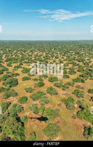 Vista aerea di campagna e di ombra delle Nazioni Unite elicottero nel sud Sudan. Immagini Stock