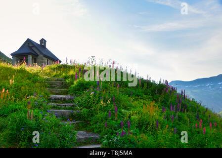 Cappella Tiefenbach su una collina, Furka Pass, Svizzera Immagini Stock