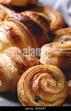 Varietà di fatti in casa di pasta sfoglia panini alla cannella e croissant. Close up. Immagini Stock