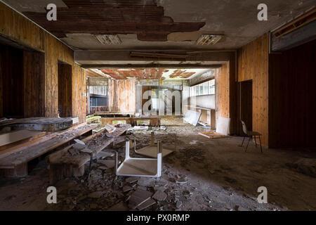 Vista interna della sala di attesa in un ospedale abbandonato in Italia. Immagini Stock