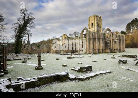 Un inverno vista verso l'estremità est della chiesa abbaziale che mostra la grande finestra orientale arch Immagini Stock