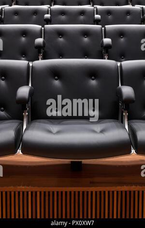 Righe di posti a sedere nella restaurata Purcell Room presso la Queen Elizabeth Hall Southbank Centre di Londra, Regno Unito. Immagini Stock