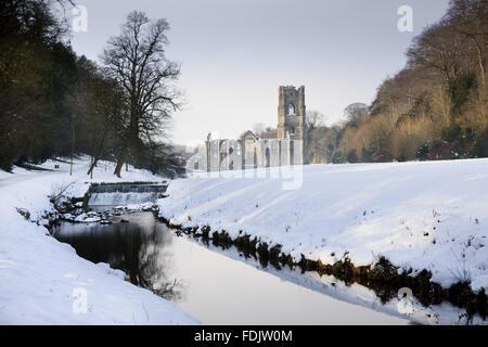Una vista lungo il fiume Skell in inverno verso Fountains Abbey, North Yorkshire, una comunità cistercense Immagini Stock