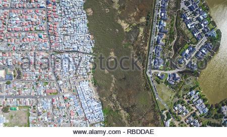Il lago di Michelle / Masiphumelele, Cape Town. Incredibili immagini aeree hanno catturato il contrasto e la disuguaglianza in cui ricca incontra poveri di tutto il mondo. La spettacolare vista panoramica foto mostrano il paesaggio come un affluente zona dà modo su uno in cui le persone possono essere affetti da povertà. La scatti sorprendenti mostrano questa crossover di ricchi e poveri tutto il Sud Africa, Kenia, Messico e anche gli Stati Uniti. Le straordinarie fotografie forma di africanDRONE fondatore e fotografo Johnny Miller (37) disparità di progetto Scenes. Johnny Miller / mediadrumimages.com Immagini Stock