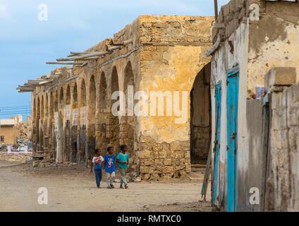 Bambini sudanesi di fronte a un vecchio edificio sulla terraferma, Mar Rosso Stato, Suakin, Sudan Immagini Stock