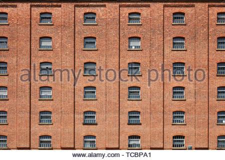 Finestra simmetrica dell'immagine. Magazzino di Londra, Manchester, Regno Unito. Architetto: Archer Humphreys architetti, 2018. Immagini Stock