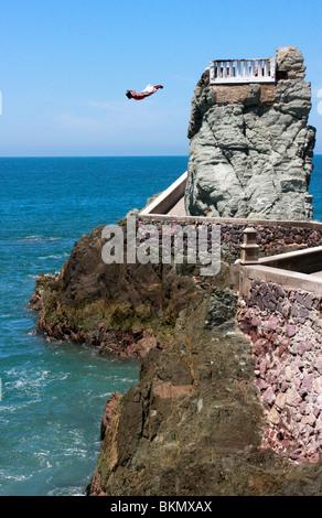 Osare diavolo cliff divers imbrogliare la morte ogni giorno da una scogliera balconied top in Mazatlan,Messico Immagini Stock