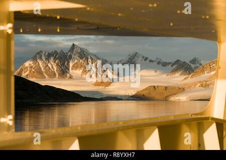 Norvegia Isole Svalbard, Spitsbergen, Krossfjorden, la costa di 7 ghiacciai Immagini Stock