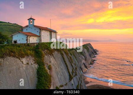 Spagna, Paesi Baschi, Zumaia. San Telmo cappella al tramonto Immagini Stock