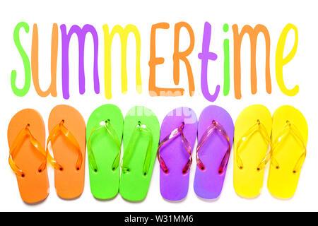 Colorato flip flop sandali isolato su sfondo bianco. Vista da sopra con estate testo illustrativo Immagini Stock
