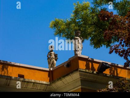 Le statue sulla parte superiore di una vecchia casa, della Regione del Veneto, Venezia, Italia Immagini Stock