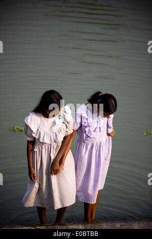 Indian School ragazze lavare i loro piedi accanto ad un laghetto Immagini Stock
