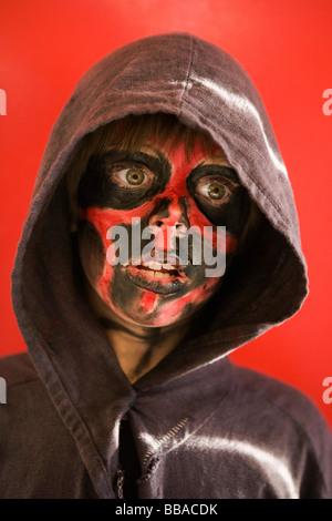 Un ragazzo con la faccia la vernice, ritratto Immagini Stock