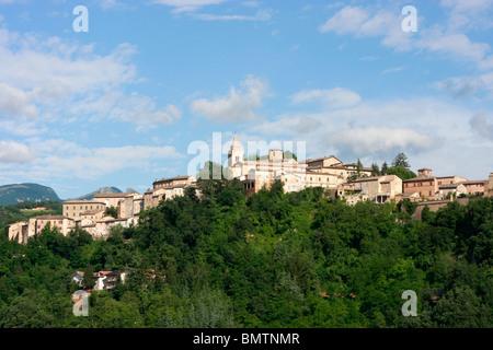 Ampio cielo sopra la storica hilltown ofAmandola nelle Marche,Italia Immagini Stock