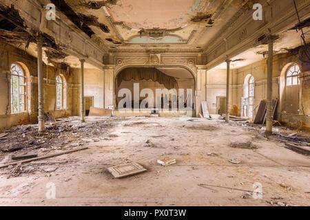 Vista interna di una sala da ballo abbandonati in Germania. Immagini Stock