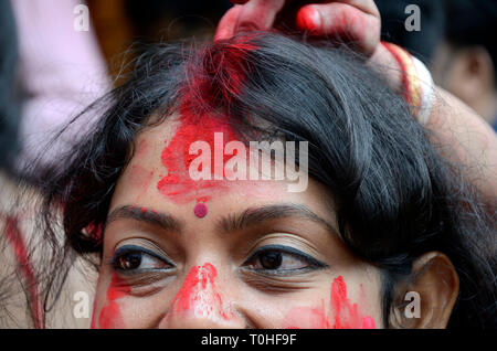 Donna con sindoor, dea Durga puja festival, West Bengal, India, Asia Immagini Stock