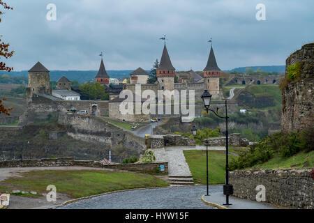 Vista della maggior parte zamkowy e castello di kamianets-podilskyi in Ucraina occidentale presi in una piovosa Immagini Stock