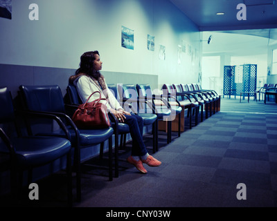 In attesa. Punjabi donna attende in ospedale pubblico. Immagini Stock