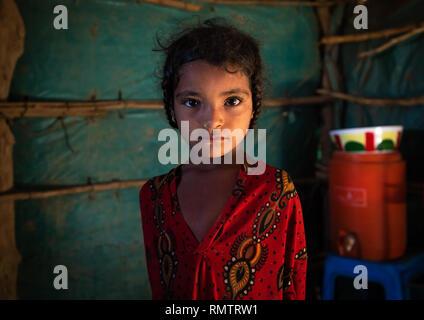 Ritratto di una tribù Rashaida ragazza dentro casa sua, Stato di Kassala, Kassala, Sudan Immagini Stock