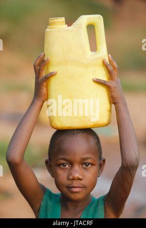 Il recupero di acqua in Mulago, Kampala, Uganda, Africa Immagini Stock