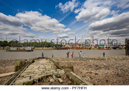 Vista della città di Londra dal southbank con il vecchio pontile in legno Immagini Stock