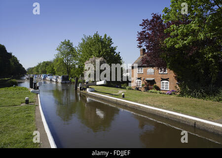 New Haw serratura e del portiere cottage sul fiume Wey navigazioni, Surrey. Immagini Stock
