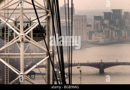 Fotografia del London Eye freddo inverno sul fiume Tamigi grigio di visualizzazione Immagini Stock