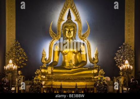 Thailandia, Bangkok, Wat Benchamabophit tempio il tempio in marmo, golden Buddha altare Immagini Stock