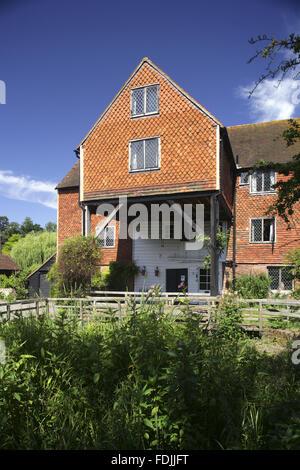 Shalford mulino sul fiume Tillingbourne, un affluente del fiume Wey, Surrey. Il mulino ad acqua è del XVIII Immagini Stock
