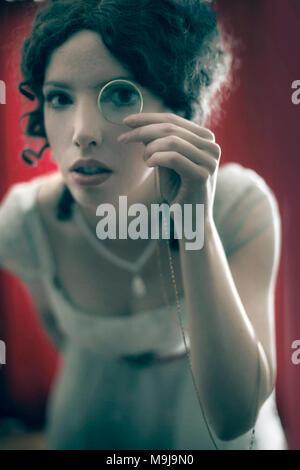 Donna con lente di ingrandimento Immagini Stock