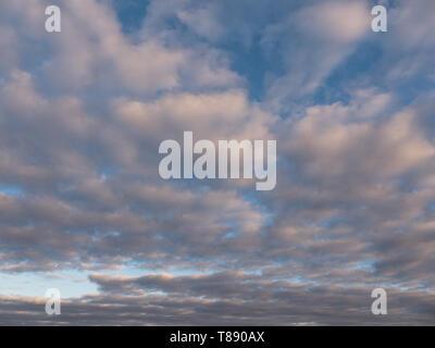 Bellissimo il bianco delle nuvole nel cielo blu Immagini Stock