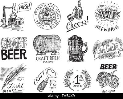 Vintage badge di birra. Set di etichetta alcolica con elementi calligrafico. Americano classico telaio per poster banner. Cheers toast. Disegnata a mano incisi Immagini Stock