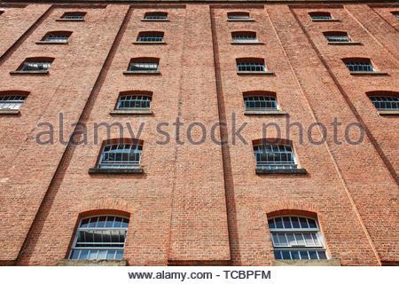 Guardando verso l'alto a windows. Magazzino di Londra, Manchester, Regno Unito. Architetto: Archer Humphreys architetti, 2018. Immagini Stock