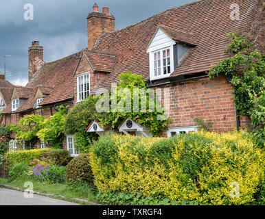 Periodo cottages di Turville villaggio in Chilterns. Buckinghamshire, Inghilterra. Immagini Stock