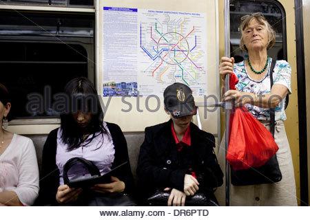 I passeggeri che viaggiano in una stazione della metropolitana a Mosca, Russia Immagini Stock