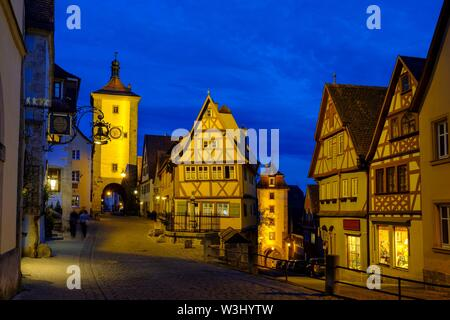 Plonlein con Sieberstor e Kobolzeller Tor, al tramonto, Rothenburg ob der Tauber, Media Franconia, Franconia, Baviera, Germania Immagini Stock