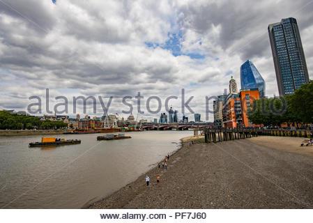 Vista della città di Londra con la Cattedrale di St Paul dal Southbank sul fiume Tamigi Immagini Stock
