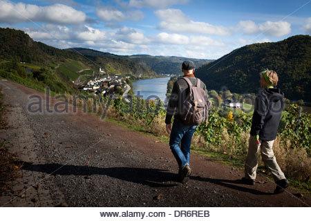 Escursionismo coppia da vigneti, Mosel, Mosella, Hatzenport, Mayen-Koblenz, Renania-Palatinato, Germania Immagini Stock