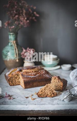 Banana torta su un marmo piano cucina Immagini Stock