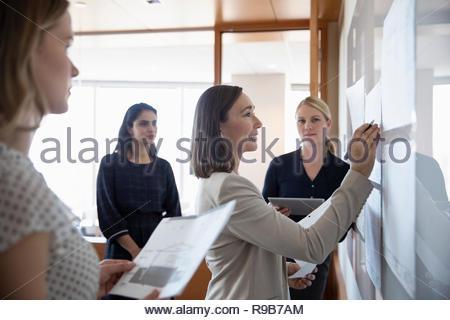 Architetti femmina incontro alla lavagna nella riunione di office Immagini Stock